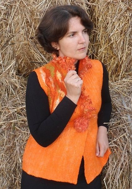 Купить или заказать Валяный жилет 'Оранжевая осень' в интернет-магазине на Ярмарке Мастеров. Яркий жилет, который поднимет настроение в хмурый день. Теплый и легкий. Выполнен из шерсти блюфейс, изнанка выложена вискозой, лицевая сторона укрыта маргеланским газом и декорирована волокнами вискозы, шелка, льна. Воротник отделан кудряшками венслидейл. Застежка - брошь.