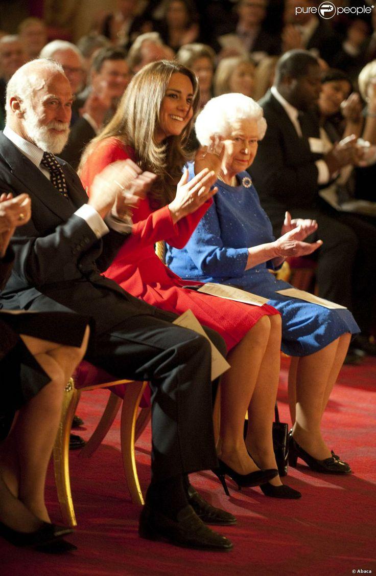 Kate Middleton applaudit avec le prince Michael de Kent et la reine Elizabeth II la performance des artistes lors de la réception organisée le 17 février 2014 à Buckingham Palace pour célébrer les soixante ans du patronage de la Royal Academy of Dramatic Art par la reine Elizabeth II.