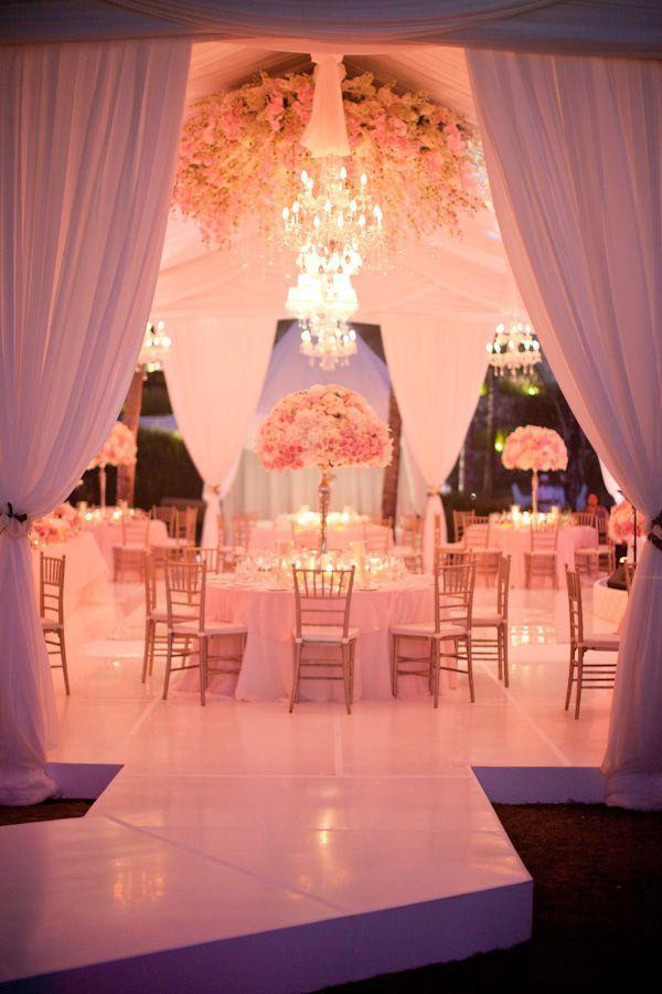 Salón para boda decorado con telas y con luz coral