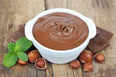 Domácí nutella (čokoládovo-oříšková pomazánka) 100 gloupané lísk ořechy 200 gmléčná čokoláda 1 neslaz kondenz mléko 4 lžícemed  špetkamletý kardamom Opražíme lísk oříšky – buď na pánvi (10 min, mícháme, aby se nespálily) nebo  v troubě ( 15 min  předehř 200°C). Horké mixujeme. Ve vodní lázni rozpustíme mléč čokoládu s kondenz mlékem a přidáme med se špetkou kardamomu. Při rozpouštění a spojování hmoty směs mícháme. Na závěr tuto směs smícháme s připravenými oříšky a vše domixujeme