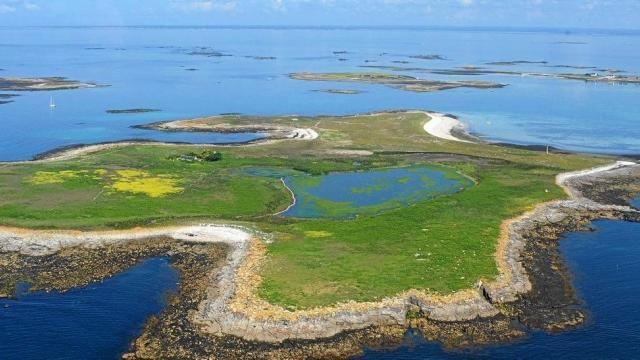 L'île du Loch, dans l'archipel  des Glénan. L'île du Loc'h, avec une ancienne ferme et un étang d'eau saumâtre aux bords marécageux situé en son milieu, est la propriété de la famille Bolloré. C'est la plus grande île de l'archipel en superficie.Le baron Fortuné Halna du Fretay tenta l'exploitation d'une pisciculture dans cet étang. Il modernisa également les techniques de brûlage du goémon en faisant construire un véritable four d'usine en 1874. La cheminée de cette ancienne installation de…