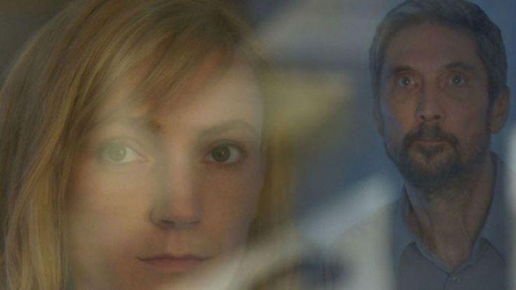 """""""On Body and Soul"""" / """"Despre trup şi suflet"""" este un film despre ce simt doi oameni atunci când nu (îşi) vorbesc şi despre cum visul vorbeşte mai bine decât realitatea. Endre (Géza Morcsányi) este directorul unui abator, iar Mária (Alexandra Borbély), inspector de calitate, transferată recent aici. La scurt timp după sosirea ei, are …"""
