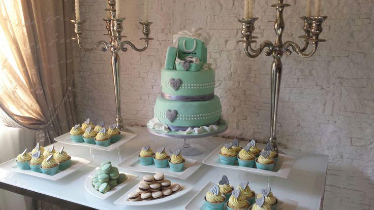tema tiffany cake design azzurro  cupcake, macarons, ogni dettaglio creativo rimanda al noto brand dal colore elegantissimo. qui uno scorcio sull'allestimento fatto per questo diciottesimo compleanno :)  #teenagers #festadidiciottoanni #18anni #maggioretà