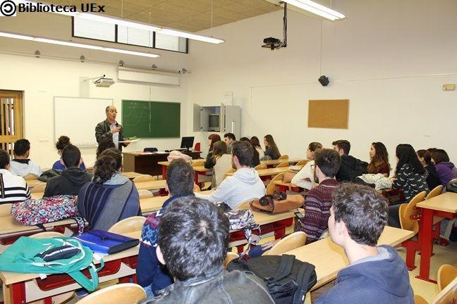 Juan José Mendoza Ruano, Técnico Especialista de la biblioteca de la  Facultad de Documentación y Comunicación durante un sesión de formación a los alumnos de 1º. #bibliotecarios #Uex #biblioteca