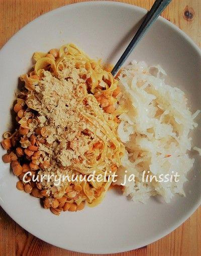 Currynuudelit ja linssit hapankaalin kera - herkullinen ja helppo vegaaninen ateria. (jeminanvegaanifitness)