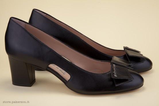 Real leather décolletés, handmade elegance. - Décolletés in ver pelle, eleganza artigianale. http://store.pakerson.it/woman-decolletes-27299-nero.html