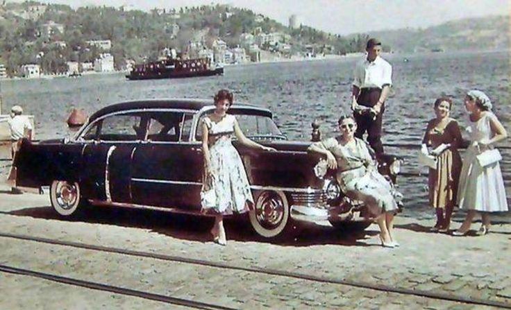 1957 yılında Bebek sahilinde poz veren kadınlar...