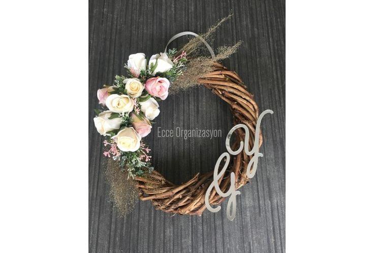 Rustik Kapı süsümüzün, üstünde pleksi plakalardan baş harfleriniz bulunmaktadır. Nişanınız sonrasında evinizde şık bir kapı giriş süsü olarak da kullanılabilecek bir üründür. Üstündeki çiçekler isteğe göre değiştirilebilmektedir.