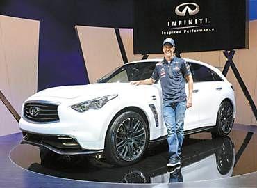 O piloto alemão Sebastian Vettel posa ao lado de modelo da Infiniti, marca de luxo da Nissan que virá ao Brasil em 2014