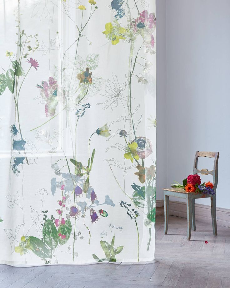 Produkt - Création Baumann - CAMPANELLA Pressed meadow flowers, freely sketched blooms and beetles come together in a harmonious arrangement. The graphic grid design which overlays the blooms and leaves like a soft veil infuses the digitally printed fabric with a contemporary and poetic look.