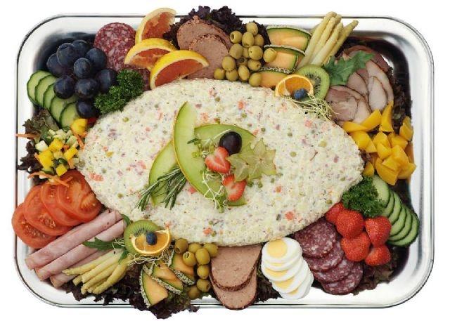 Huzarensalade salade van aardappelblokjes, rundvlees, appel, augurk en soms ui. Mayonaise wordt naast de salade geserveerd. Oorsprong van de naam: De huzaren waren van oorsprong Hongaarse ruiters. Huzaren werden vooral ingezet om vijandelijk gebied te verkennen. Eenmaal tussen de vijand moesten ze onopgemerkt zien te blijven. Vuur maken om te koken was daarmee onmogelijk. Daarom namen de huzaren vooraf bereid voedsel mee. Door dit voedsel te mengen ontstond een koude salade.