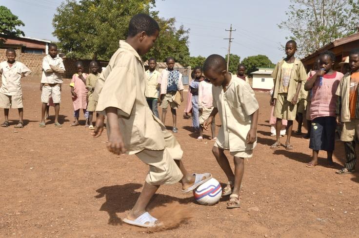 """Questi sono Diallo e Ussef in posa con il pallone. Diallo è ipovedente e grazie ad un campanello inserito nella palla oggi può giocare con i suoi amici. """"Giocherò molto meglio adesso. Posso sentire la palla, non sbaglierò a tirare e la mia squadrà vincerà!"""""""