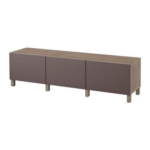 IKEA - BESTÅ, Säilytyskokonaisuus+laatikot, harmaaksi petsattu pähkinäpuukuvio/Valviken tummanruskea, liukukisko, pehmeästi sulkeutuva, , Jalkojen ansiosta kokonaisuus nousee irti lattiasta, mikä tekee kalusteesta ilmavamman ja helpottaa sen alta siivoamista.Integroidun sulkemismekanismin ansiosta laatikot sulkeutuvat pehmeästi ja äänettömästi.