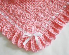 Crochet bebé manta afgana crema bautizo, bautismo, cuadrado de la abuela, niña, bebé    Del ganchillo de la abuela manta cuadrada. Puede ser dado como un regalo de la ducha de bebé o nueva mamá.  Esta hermosa mano crocheted abuela cuadrados manta está hecha de 100% Bernat hilado suave de bebé. Está hecha de hilo de muy buena alta calidad.  Mano hermosa ganchillo manta de bebé en crema con cinta de raso rosa.   Las medidas de la manta 33 pulgadas por 33 pulgadas   Perfecto regalo para recién…