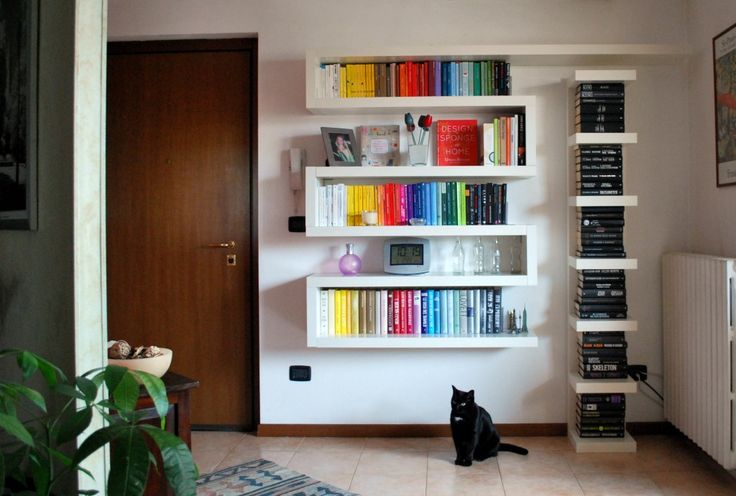 La mia nuova libreria zig-zag, fatta con mensole LACK di Ikea.