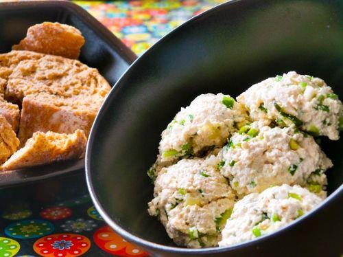 Savanyú káposztás kenyérrevaló. Hozzávalók és recept: http://kertkonyha.blog.hu/2014/11/06/a_tofukrem_es_a_nemzeti_eledelunk