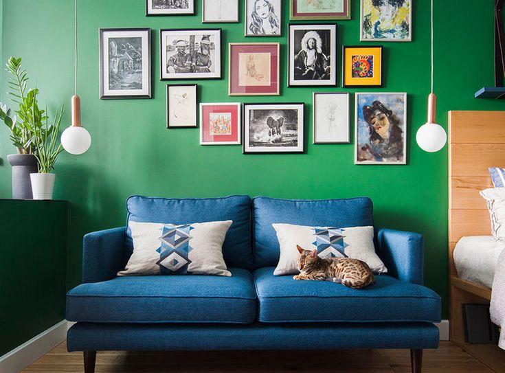 Egy fiatal pár kérésére látott neki a lakberendező a kis 28 négyzetméteres lakás tervezésének. Kis lakásokban általában világos falakkal dolgoznak a tervezők, de ebben az esetben egy mély smaragdzöld szín dekorálja majdnem az összes falat - a megrendelők beleszerettek az elgondolásba, a képeken láthatjátok a végeredményt.