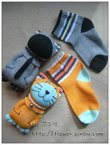 Con calcetines viejos o desemparejados.