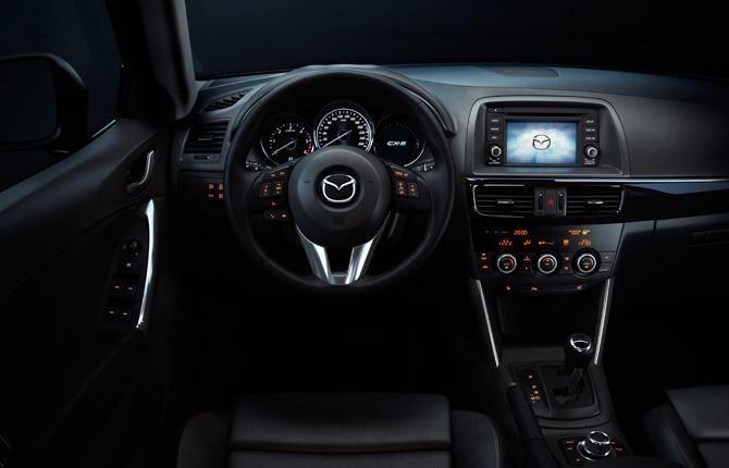 Der Mazda CX-5 verwöhnt Sie mit einer umfangreichen Ausstattung. Dazu gehören u.a. ein 14,7 cm (5,8 Zoll) TFT-Multi-Informations-Display mit Außentemperaturanzeige und Bordcomputer sowie je nach Ausstattung eine Freisprecheinrichtung mit Sprachsteuerung und Bluetooth® und ein BOSE® Surround Sound-System mit neun Lautsprechern. Näheres unter http://www.mazda.at