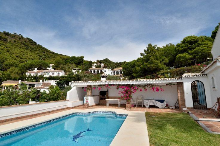 Mijas er både en kommune og en by i provinsen Malaga. Det er den fjerde største kommunen i provinsen i form av antall innbyggere etter Málaga, Marbella og Vélez Málaga. Byen Mijas i skråningen av fjellet Sierra Mijas er en typisk andalusisk by med hvitkalkede hus som ligger i fjellsiden på 450 meters høyde. Den andre delen av Mijas kalt Mijas Costa, og er den del av kommunen Mijas ligger langs ...