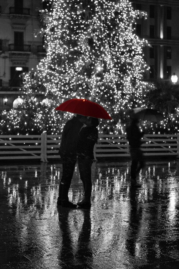 thejourneyofonethousandsteps:  gyclli:  Christmas kiss by Colors in B&W   ❤❀❤xx❤❀❤