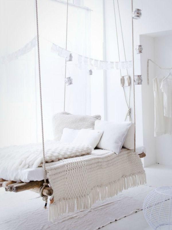 Een zomers huis krijg je door het gebruik van veel wit met zonnig geel, haal fris groene planten in huis en geef zonlicht vrij spel in je zomerse interieur.