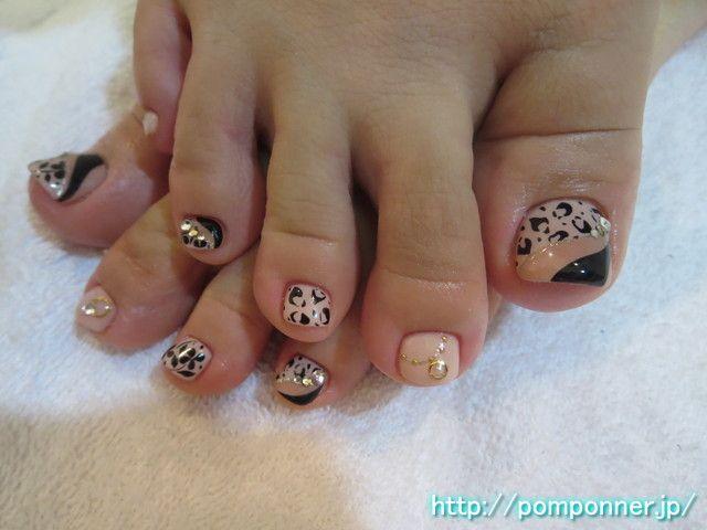ヒョウ柄アートやお花のアートのフットネイル foot nail leopard art mature. The one-color fill in beige, drew the art of flowers and leopard art. Index finger was decorated by placing a necklace-style art.