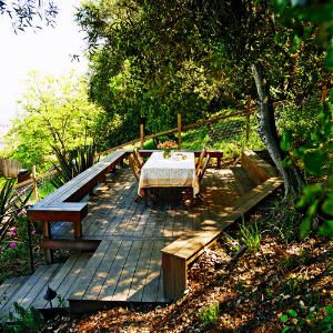 Great Idea for a sloping yard like mine..I could see this leading to a fire pit area right below it.