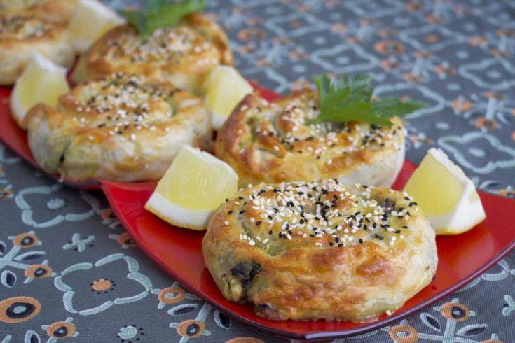 """Börek eller """"gül börek"""" som dessa heter på turkiska är små rosformade pajer fyllda med spenat och fetaost. Variationerna på börek är många och man kan fylla dem med bland annat potatis, ost eller köttfärs. Recept på börek med köttfärs hittar du HÄR! Det finns även många olika former på börek. Dessa små handpajar är vackra att duka fram på buffén eller när man får gäster. Goda att avnjutas som en hel rätt med sallad eller som en sidorätt bredvid plockmat. 6 stycken små pajer 6 st yufka…"""