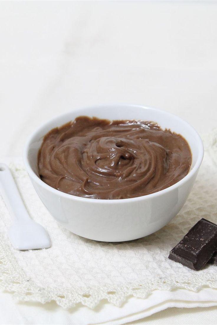 La crema pasticcera al cioccolato è una variante deliziosa della tradizionale crema pasticcera, una crema dal gusto intenso di cioccolato. Una volta pronta provatela per farcire torte e pasticcini, oppure servitela come dolce al cucchiaio in delle coppette individuali per i vostri ospiti.
