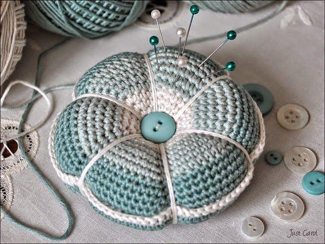 Para realizar este lindo alfiletero tejido con ganchillo necesitas dos círculos tejidos con lana, dos botones, vellón y aguja de coser.  ...