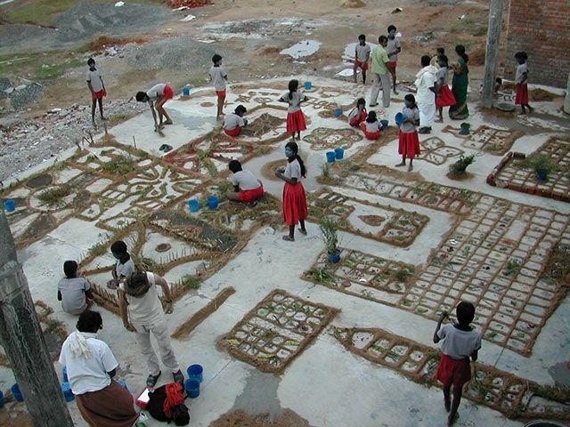 Punjai landscape workshop avec : enfants de l'école Kattaikkuttu Sangam, anthony Gouraud (plasticien-scénographe) & Raphël Caillens (poète du paysage) - Janvier 2006