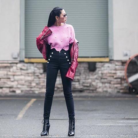 Misture tons de rosa para criar um efeito cool em looks urbanos. O jeans skinny de cintura alta também ajuda a alcançar esse resultado. #regram @petiteflowerpresents  via ELLE BRASIL MAGAZINE OFFICIAL INSTAGRAM - Fashion Campaigns  Haute Couture  Advertising  Editorial Photography  Magazine Cover Designs  Supermodels  Runway Models