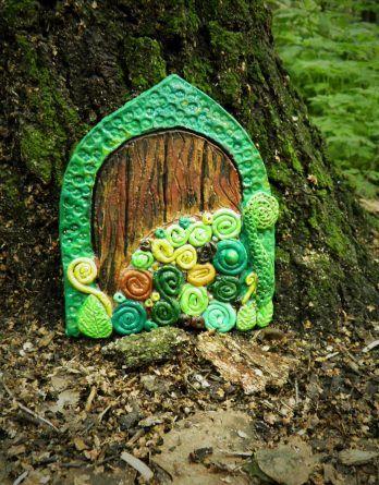 Bajkowe drzwi elfa. Dekoracja ogrodu, balkonu.