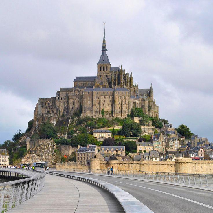 Un'isola contornata da radure, sabbie mobili e residui di eterne maree. Viaggio nella splendida Mont Saint Michel ♥  http://www.viaggiareoltre.it/…/cosa-vedere-in-normandia.html   #viaggi #travelblogger #normandy