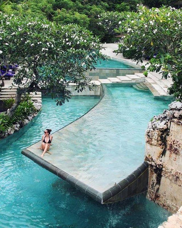 Honeymoon   Esta piscina de dois andares ma-ra-vi-lho-sa é do Ayana Resort and Spa.  O resort de luxo fica situado na península de Bukit,  a 6 km do parque de Garuda Wisnu Kencana e a 15 km do templo Pura Luhur Uluwatu, em Bali. Nem sabemos ao certo porque estamos dando esta informação, pois sabemos que uma vez que vocês entrarem no resort para passar a lua de mel, não vão sair por nada neste mundo. #icasei #wedding #casamento #luademel #honeymoon #destinationwedding#bali