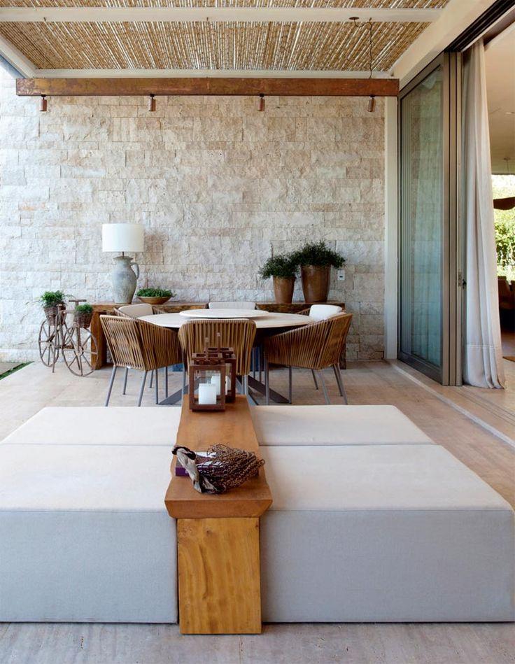 A arquiteta Débora Aguiar elegeu a casa que considera ser seu grande trabalho de 2015. O projeto é uma casa de 1500m² no interior paulista