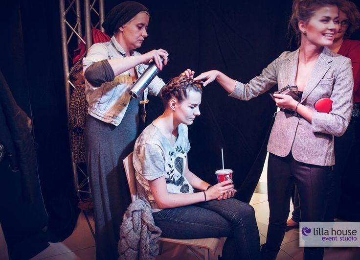 Jesienne Metamorfozy w Galerii Olimpia w Bełchatowie. Z uczestnikami pracowała stylistka Krysia Bajor, stylista fryzur Jacek Olejniczak, zaś piękne makijaże robiła Gosia Jakubowska. Nowe kreacje wizerunkowe nasi uczstnicy zaprezentowali podczas wielkiego finału. Na zdjęciu przygotowania prowadzących. #metamorfozy #fashion #wizerunek #kreacja #wizaż #makeup #session #hairstyle #olimpia #lilla #event #final #changes #gatta #douglas