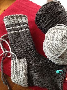 Old fashioned work socks. Free Ravelry pattern using worsted weight yarn.