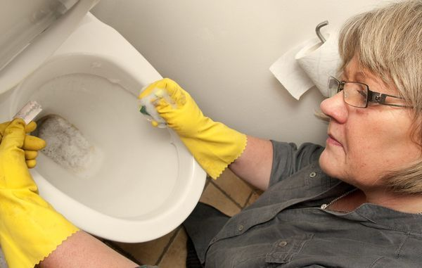 Dit badeværelse kan udvikle sig til et slaraffenland for bakterier. Giv det derfor en ekstra grundig tur et par gange om året, lige fra grundig rengøring af brusekabinen til afkalkning af toilettet. Her er guiden til, hvordan du får badeværelset og toilettet rent.