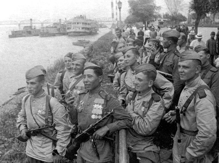 Soviet soldiers on the bank of the Songhua River in Harbin. The Japanese-occupied city was liberated by Soviet troops on August 20, 1945. Some 700,000 Soviet troops occupied Manchuria by the time Japan surrendered, (Yevgeny Khaldei/waralbum.ru)