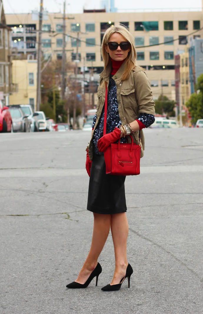 На фото модели демонстрируют красные сумки