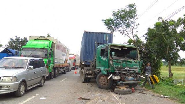 Kecelakaan Di Jalan Lingkar Kudus Truk Dan Kontainer Ringsek Http Ift Tt 2eedpij Truk