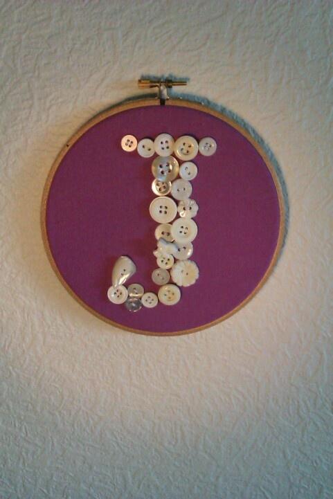 Min datters forbogstav skrevet med knapper.