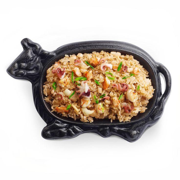 Жареный рис с креветками, осьминогами, кальмарами и чесноком.