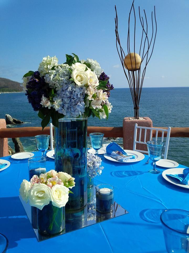 Centro de mesa con arreglos florales sobre cilindros de - Sobre de cristal para mesa ...