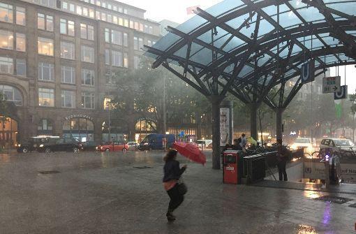 Schwere Unwetter sorgen momentan für Störungen im Bahnverkehr in Hannover, Hamburg, Kiel und Bremen. Foto: dpa