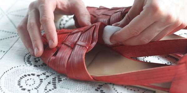 utiliser du bicarbonate, du produit vaisselle et du peroxude d'hydrogène pour nettoyer chaussures