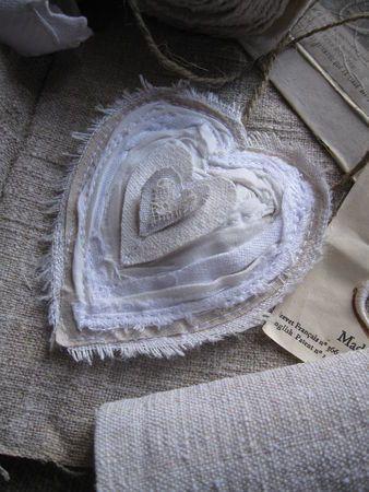 Quelques bandes effilochées, enrubannées, tournées et appliquées sur la base d'un coeur tout à fait classique