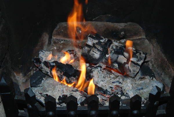 Mettez du marc de café dans les cendres pour empêcher le nuage de poussière + 18 utilisations surprenantes du marc de café.
